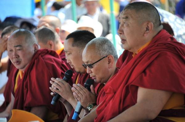 пришли ламы с буддийскими четками